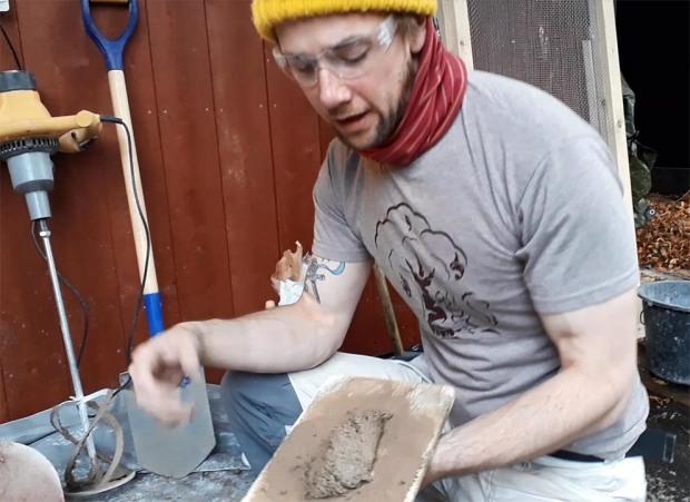 Hotmix fra Hyllestadkalk. George Murphy viser hvordan den endelige mørtelen ser ut. En fast og feit mørtel velegnet til restaurering av gamle steinbygninger. Foto: Per Storemyr