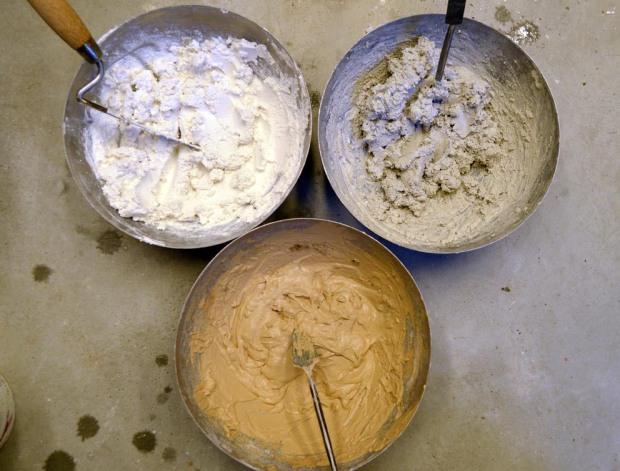 Kalkpasta! Lesket kalk uten tilførsel av sand. Tre ulike kalktyper: Øverst til venstre; Verdalskalk brent ved Nidarosdomen i 2017. Øverst til høyre; en svensk kalk nylig brent. Nederst; karakteristisk, «sjokoladebrun Hyllestadkalk. Men fy søren så vanskelig det er å blande denne pastaen med sand til en brukbar mørtel uten bruk av moderne mørtelblander! Foto: Per Storemyr