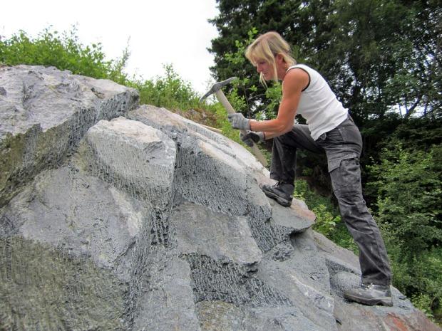 STAVSØIENS EKSPERIMENT: Eva Stavsøien tar ut kleber med kanalhogging i kleberbruddet på Klungen i 2011. Foto: Per Storemyr.