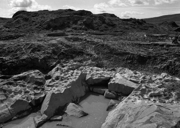 BUBAKK: Kleberbruddet på Kvikne/Bubakk på 1960-tallet. Her har NDR steinbrytere gjort et dypt kutt inn i alle sporene etter gamle uttak av gryter og kar. Foto: Arne Skjølsvold, fotoarkivet, Kulturhistorisk Museum, Universitetet i Oslo