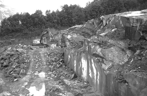 VRAKSTEIN: Her plukker nå Nidarosdomen vrakstein for restaurering. Grunnes i Målselv. Bruddet var det nest siste som ga opp i Norge, for en 10-15 års tid tilbake. Foto: Per Storemyr, ca. 2000