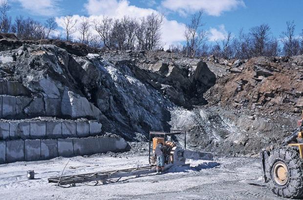 SVERIGE: Klebersteinsbruddet ved Handöl i Jämtland er i full drift. Kjedesaging av blokk. Foto: Per Storemyr