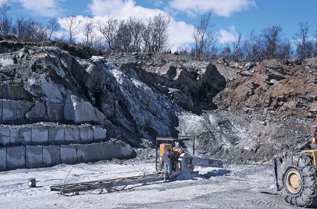 SVERIGE: Klebersteinsbruddet ved Handöl i Jämtland er lagt ned. Her i full drift på slutten av 1990-tallet. Kjedesaging av blokk. Foto: Per Storemyr