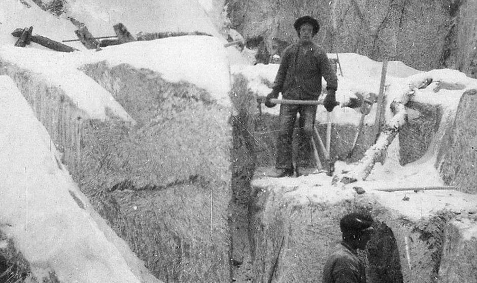 REDNINGEN? Manuell brytning av kleberstein med hakker ved Otta i 1918. Slik brytning foregikk helt opp til 1930-tallet i Norge. Kan man ta denne ganle tradisjonen i bruk igjen? Det er den klassiske metoden for å bryte myk stein – den har vært i bruk for store byggeoppgaver siden de gamle egypternes tid. Fra N.S. Beers klebersteinsbrudd, Grandalen, i drift til 1935. Foto fra NGUs arkiv