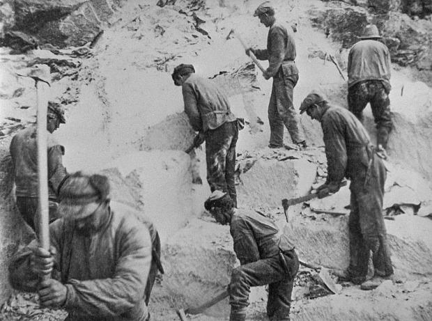 SPETTO: Uthogging av kleber med «spetto» i Vesleseterbruddet i Heidal ved Vågå i 1932. Dette var nødsarbeid i mellomkrigstiden og kleberen ble brukt til ovner og peiser. Foto: Maihaugen. Foto også gjengitt i boka «Det mjuke berget» (red. Kirsti Krekling)
