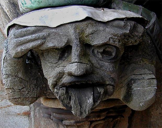 FORVITRET: Middelalderskulptur på Nidarosdomens oktogon. Slik så den ut for 20 år siden. Nå er den ødelagt. Den sprakk opp. Den må kanskje erstattes. Med hvilken kleberstein? Foto: Per Storemyr