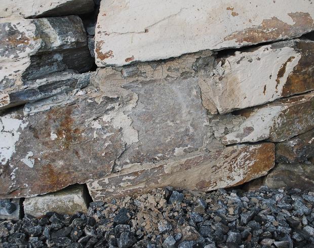 Oppsmuldrede flak av slemming på bakken under murverket, 12. januar 2018. Minner om heftig frost. Sammenlign med bilder over. Foto: Per Storemyr