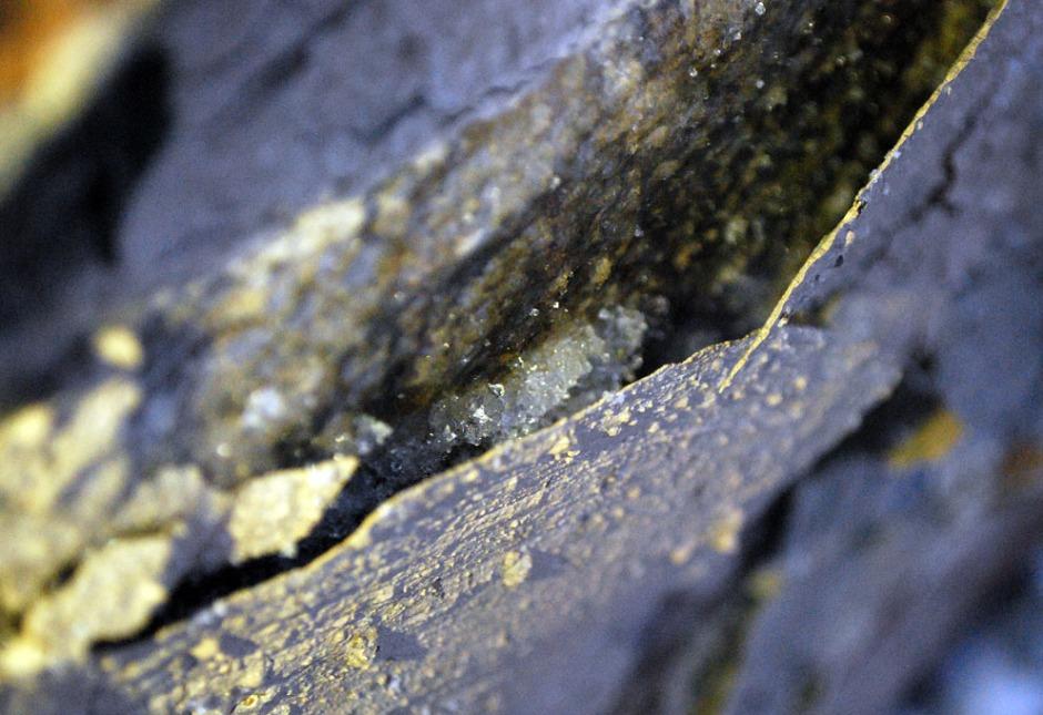 Utsnitt av bildet over: Islinse bak utsprengt flak av slemming 7. januar 2018. Bildebredde ca. 10 cm. Foto: Per Storemyr
