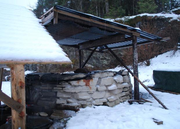 Kalkovnen i Kvernsteinsparken tidlig i januar 2018. Deler av ovnen ble fuget, pusset og/eller slemmet med ulike ad hoc kalkblandinger i juni 2017. Foto: Per Storemyr