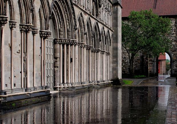 Nidaros Cathedral in Trondheim: Marble columns. Photo by Per Storemyr