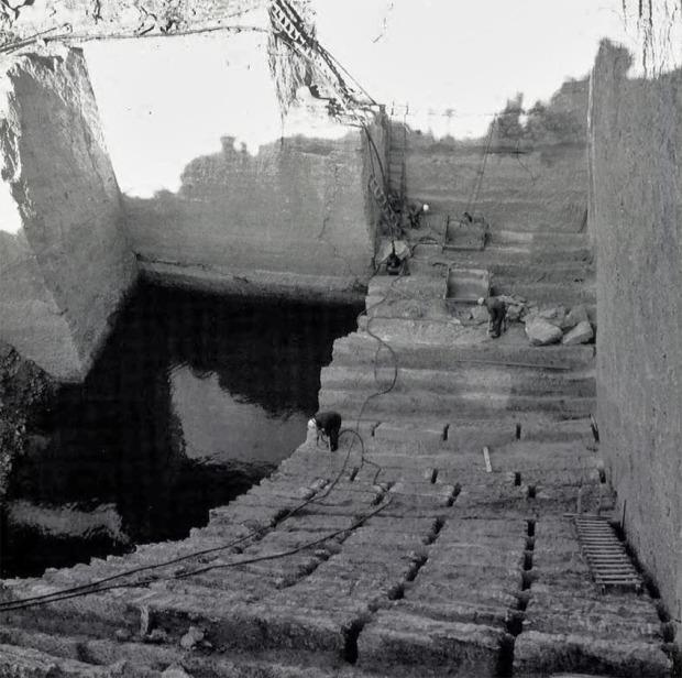 Det er dimensjoner på Åsårberget kleberbrudd mellom Otta og Sel. Her fotografert av Kjell Voldheim mens bruddet var i full drift i 1977. Nå er det nedlagt.