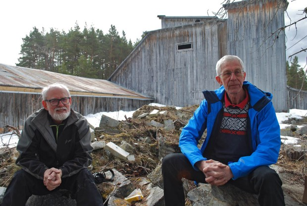 Kaffepause på skrottippen til saghuset på Sagflaten, Kjell Voldheim (t.v.) og Torbjørn Løland. Foto: Per Storemyr (2018)