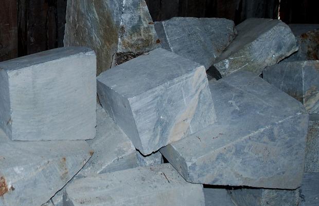 Ildfaststein i kleber i Saghuset på Sagflaten. Disse var ment for celluloseindustrien, men ble liggende… Foto: Per Storemyr (2018)