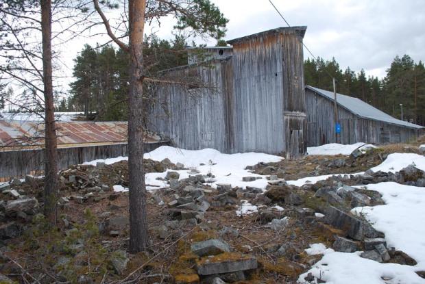 Saghuset på Sagflaten sett fra skrottippen nord for huset. Foto: Per Storemyr (2018)