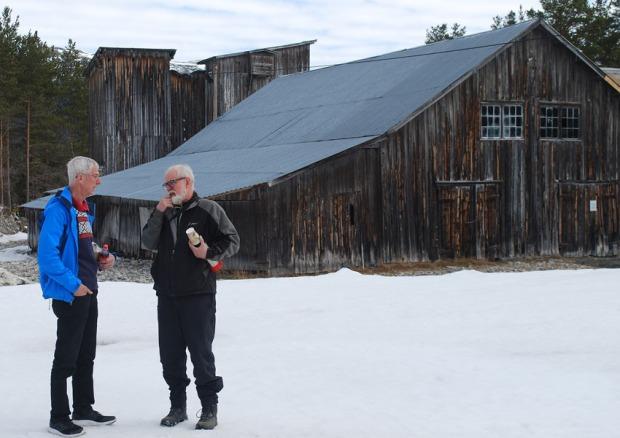Kjell Voldheim (t.h.) og Torbjørn Løland under besiktigelsen av saghuset på Sagflaten våren 2018: Foto: Per Storemyr
