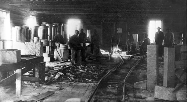 Kleberverkstedet til ingeniør Otto Dahl, Otta sentrum omkring 1900, et av de flere verkstedene i distriktet i eldre tider. Foto: Hans H. Lie, Maihaugen. Fra Digitalt Museum, lisens CC BY-NC 4.0