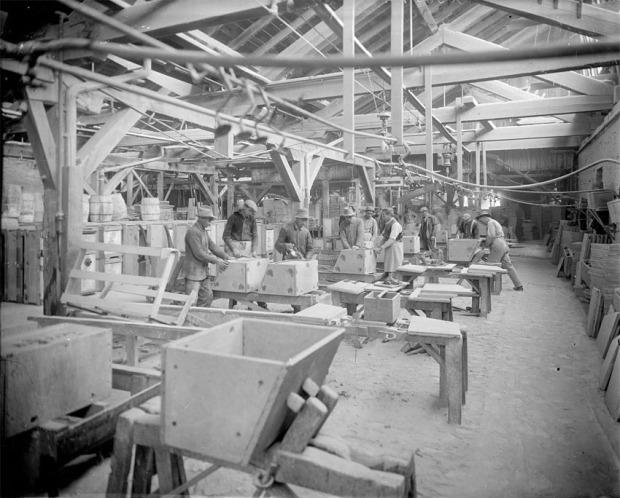 Klebersteinsfabrikk I Schuyler, i hallen der man produserte vaskeservanter, ca. 1915. Foto: Holsinger, Rufus W, nå i University of Virginia Library.