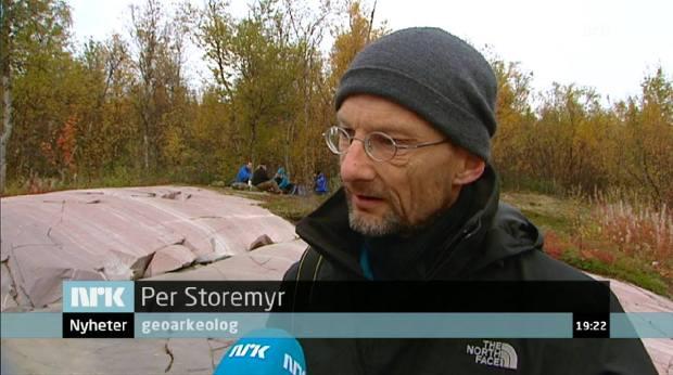 Veldig glad for at NRK skrev rett tittel: Fra arbeid med de gamle helleristningene på Kåfjordfeltet ved Alta. Foto: Skjermdump NRK (2014).