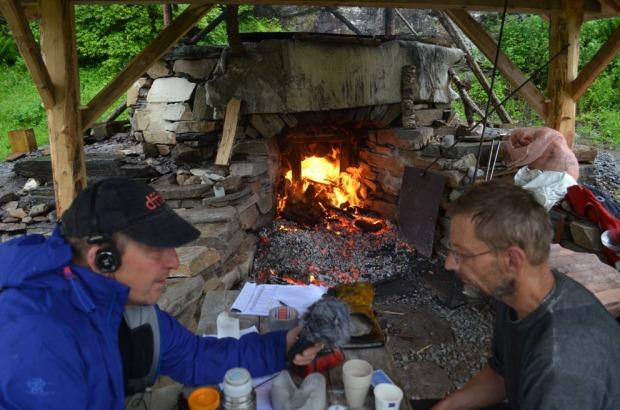 Kalkbrenning i Hyllestad, i egenbygd, tradisjonell ovn, sammen med et stort antall lokale dugnadsfolk. Intervju med «NRK Museum». Foto: Franziska Rüttimann (2017)