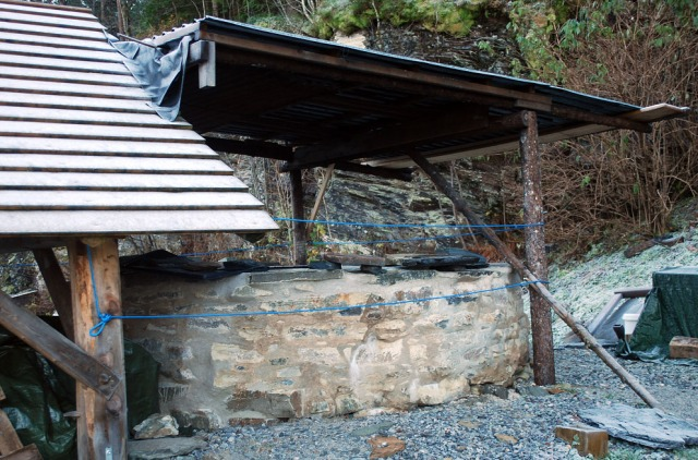 The north side of the Millstone Park limekiln. The roof above protects most of the kiln, but not the northern side, which is regularly exposed to driving rain. Photo by Per Storemyr