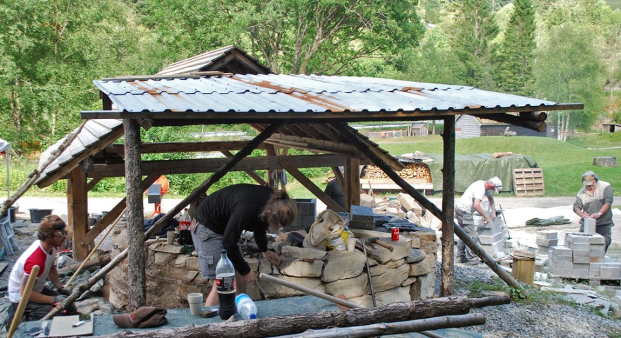 As an associate professor with museum Millstone Park in Hyllestad, I organised much work on traditional lime burning in 2018. Here from a national event on rebuilding a lime kiln. Photo by Per Storemyr