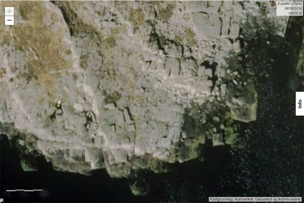 Utsnitt av flybilde over en del av øylandskapet nordøst for Kinn. Vi ser tydelige hvor regelmessig den devonske sandsteinen spalter. Foto: Norge i bilder