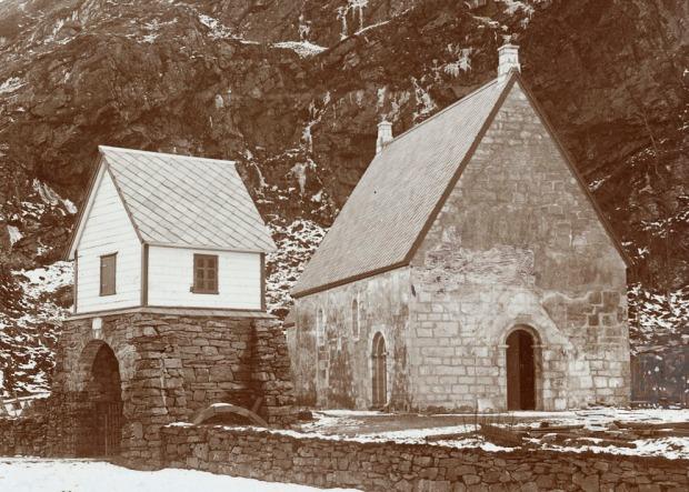 Kinn kirke en stund etter restaureringen i 1912. Vi ser tydelig det regelmessige murverket. Foto: Riksantikvaren