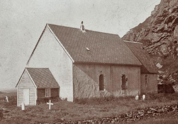 Slik så Kinnakirka ut etter restaureringen i 1868, med store vinduer og lave gavler. Foto: Riksantikvaren