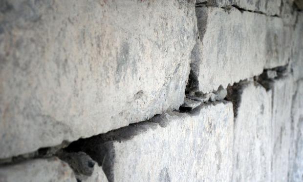 """Spor etter trimming av kanter på sandsteinen (""""bølget"""" form). Foto: Per Storemyr"""