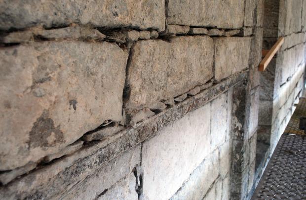 Del av det merkelige spranget i muren på nordmuren i skipet. Dette spranget definerer overgangen mellom to byggeperioder. Foto: Per Storemyr