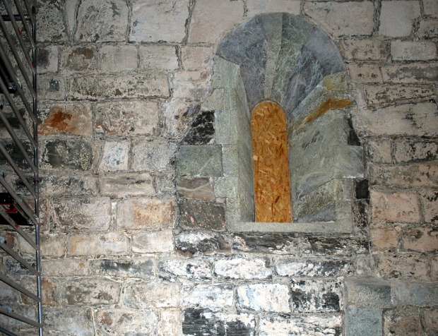 """""""Tilbakerestaurert"""" vindu fra 1912-restaureringen. Vi ser at mørke stein er fult inn i rommet etter fjerningen av vinduer fra 1868. Foto: Per Storemyr"""