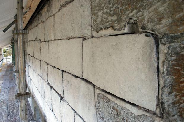 Det regelmessige murverket på nordsiden av skipet. Steinene er hvite fordi det er vanskelig å få vekk alle rester av gammel puss. Bak det hvite er steinen ofte grågrønn. Foto: Per Storemyr