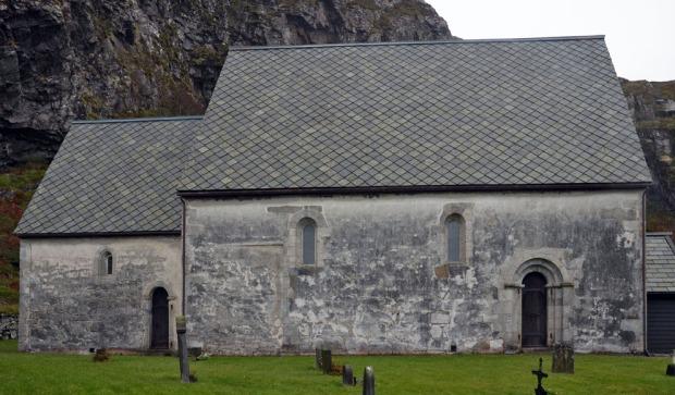 Kinn kirke med nordfasaden full av algevekst i 2014. Foto: Per Storemyr
