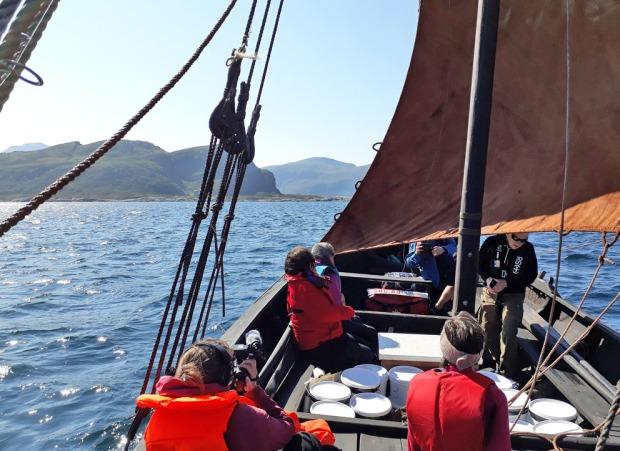 Bakkejekta, en kopi av en jekt fra 1700-tallet, stevner inn for fulle seil til Selja sommeren 2019. Med i lasten: 300 kg brentkalk fra Kvernsteinsparken i Hyllestad. Foto: Per Storemyr