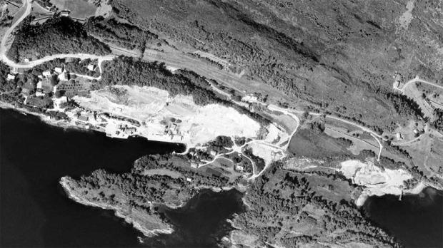 Luftfoto av marmorforekomstene på Larsnes i 1965. Vi ser de store bruddene som hvite områder. Her er Breivik Kalkverk som etter hvert kjøpte naboen Saude kalkverk. Og her produserte man brent kalk (til 1973), marmor til ulike industriformål, jordbrukskalk og murestein. Foto: www.norgeibilder.no