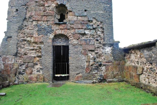 Murkjernene til Albanuskirken og tårnet på Selja er delvis blottlagte. Derfor kan vi få et svært godt inntrykk av hvordan kalk ble benyttet i murene. Foto: Per Storemyr