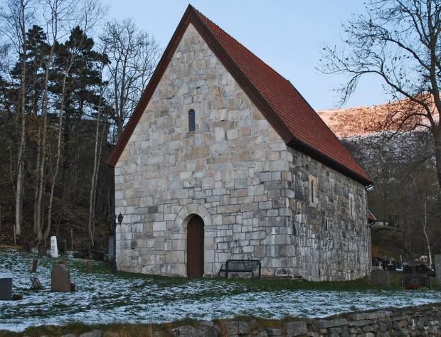 St. Jetmund kirke i Åheim. I det ytre er spesielt vestveggen bygd med marmor. Foto: Per Storemyr