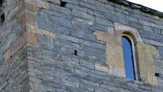 Romansk murverk med fin murestein, Albanustårnet. Brune stein er hogde metaolivinstein. Foto: Per Storemyr