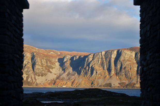 Skårbø under fjellene på Stadlandet, sett fra Selja kloster. Foto: Per Storemyr