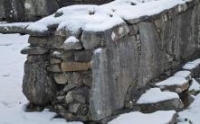 """Det gotisk """"storsteinsmurverket"""" kan ofte være bygd kun med flate heller i vangene. Foto: Per Storemyr"""