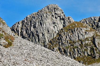 Ekstremt sterkt oppsprukket gneis i fjellene over Skårbø. Foto: Per Storemyr
