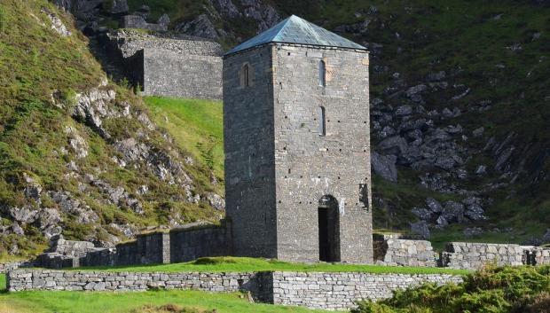 Vakre murer på Selja kloster og helgenanlegg. Denne artikkelen setter fokus på det romanske murverket på Albanustårnet og den svære terrassen i bakgrunnen. Foto: Per Storemyr