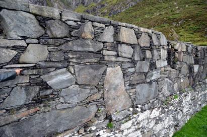 """Gotisk """"storsteinsmurverk"""" med utstrakt bruk av pinningstein i ruinene av benediktinerklosteret. Foto: Per Storemyr"""