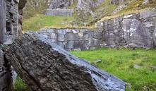 Stein til gotisk murverk kan en tatt rett ved klosteret. For her raser det! Denne steinen kom ned for noen år siden. Foto: Per Storemyr