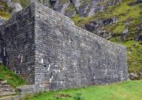 Den store terrassen er bygd med murestein på 1100-tallet. Den ble gjenoppbygd med original stein på 1930-tallet, men original mur er fortsatt å se i nedre del. Foto: Per Storemyr