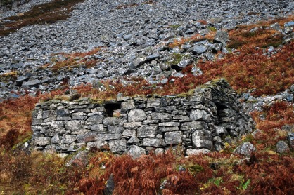 Et lite steinbygd fjøs på Skårbø. Foto: Per Storemyr