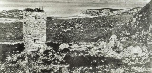 Foto av klosterruinene og Albanustårnet i 1866, det eldste fotoet av anlegget vi kjenner til. Anlegget er praktisk talt «ei steinrøys». Fotoet er tatt av Marcus W. Noodt