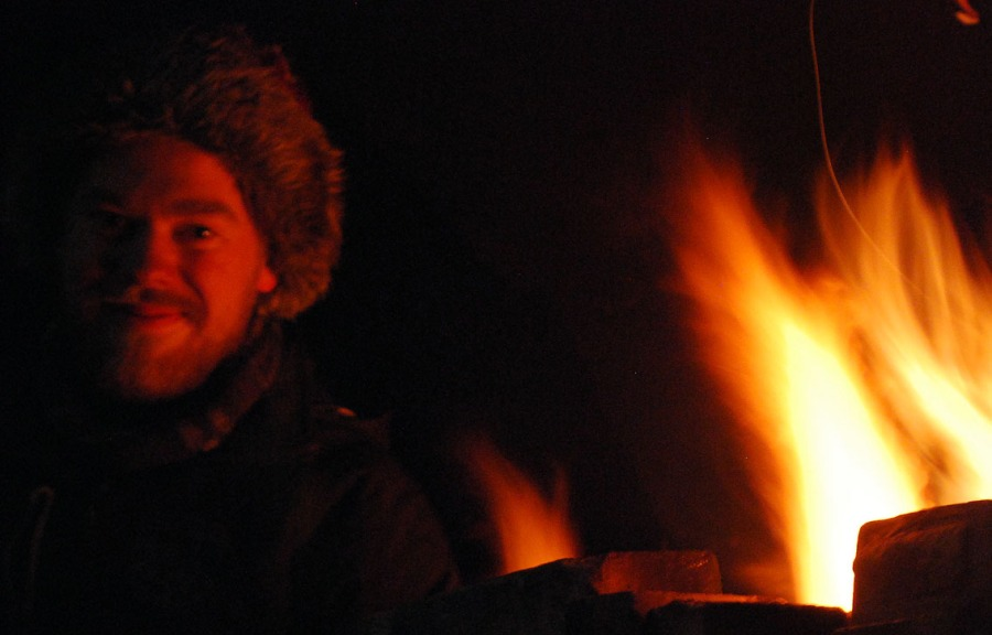 Alexander varmer seg ved ovnen. Foto: Per Storemyr
