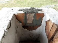 Vesleovnen må repareres med leiremørtel og kalk før hver brenning. Foto: Per Storemyr