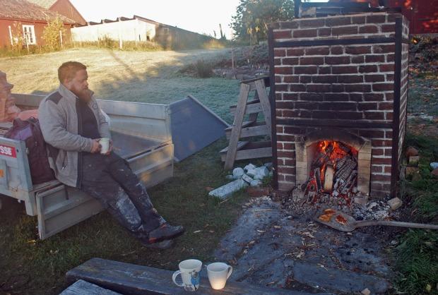 Tore Granmo ved kalkovnen på Domkirkeodden i Hamar. Tore er en kruptapp i Norges kalkbrennermiljø og bygger nå en stor, tradisjonell kalkovn. Ellers er det nye kalkbrennermiljøer i Trondheim (Nidarosdomen) og på Fosen, på Røros, i Hardanger og Stavanger, samt i Tønsberg (østersskjell). Foto: Per Storemyr